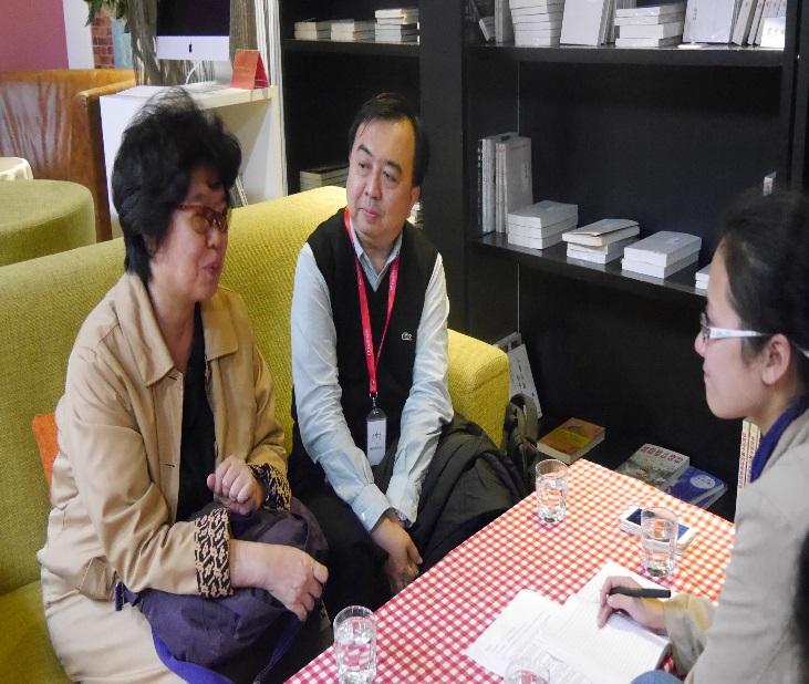 藝術總監王安祈教授與策展人王友輝教授接受當地媒體採訪
