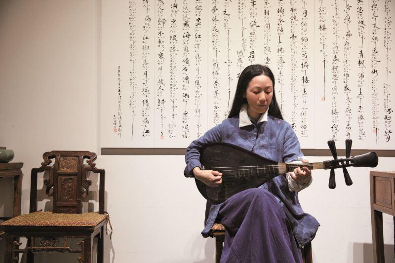 王心心抱著琵琶演示南管樂。
