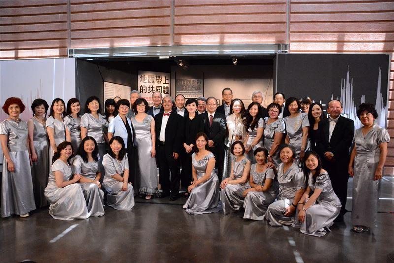臺南知名點心擔合唱團與開幕貴賓合影