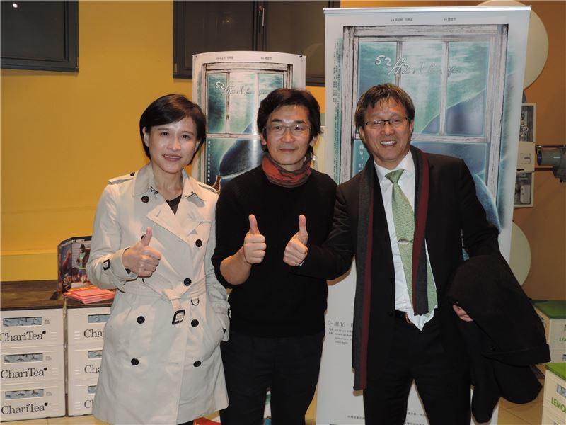 文化部長鄭麗君(左)和駐德代表謝志偉(右)參加導演魏德聖(中)合影