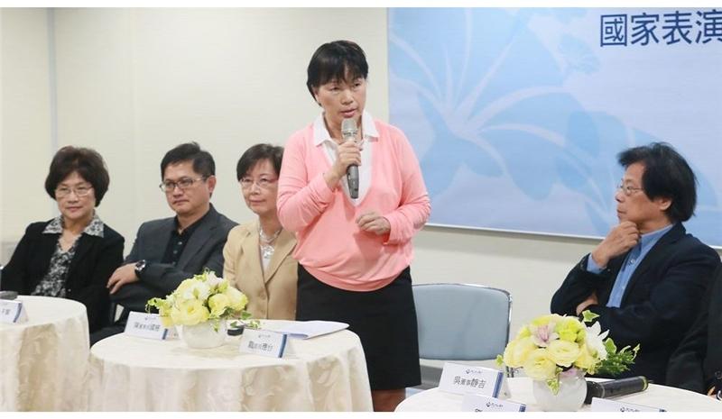 龍應台部長介紹國家表演藝術中心董監事成員