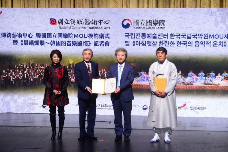 記者會現場照片1:國立傳統藝術中心主任陳濟民(左2)與韓國國立國樂院院長林宰沅(右2)進行MOU換約儀式。