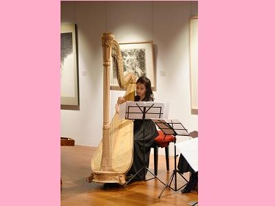 豎琴家曾韋晴演奏多首名曲,創下國父紀念館首次於展覽場演奏豎琴創舉。