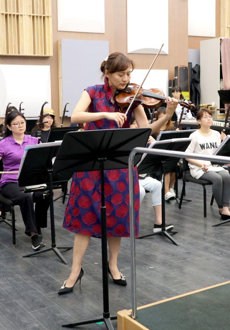 圖5:《西子灣之戀》描寫了西子灣的美麗景致和情侶的愛戀之情,小提琴家李宜錦的演奏,是作曲家盧亮輝最喜歡的版本。