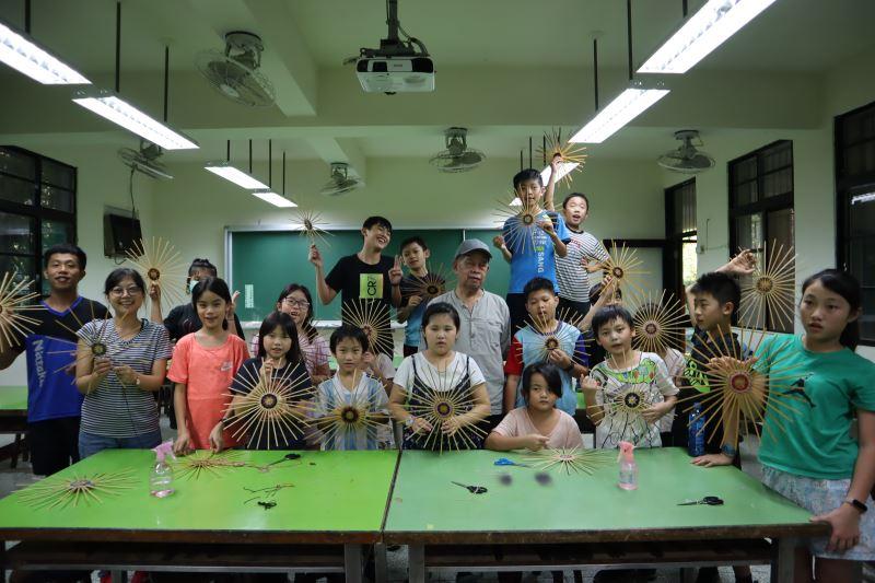 10-劉興澤老師與內城國小化育分校師生合照。