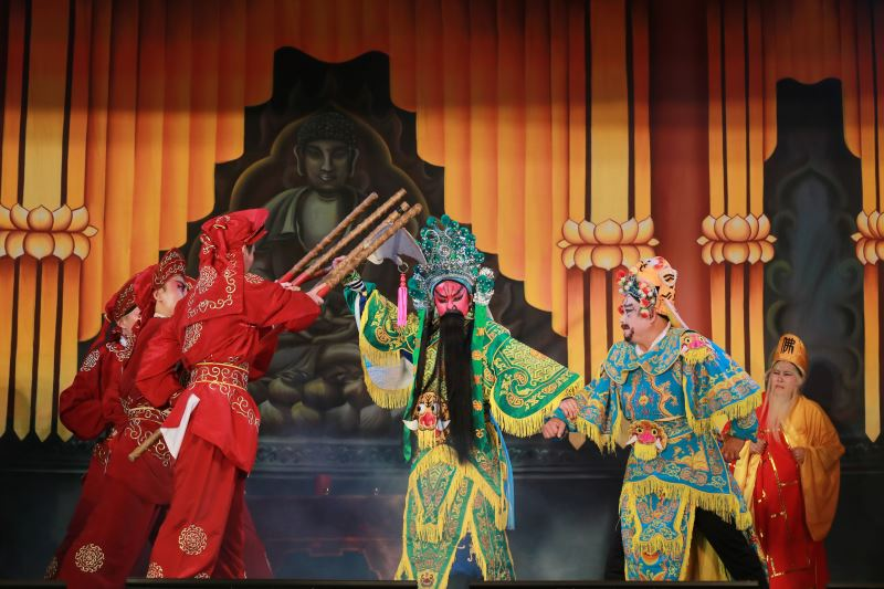 孫凱琳在《神威普世》扮演紅面關公,身段沈穩、英氣十足。