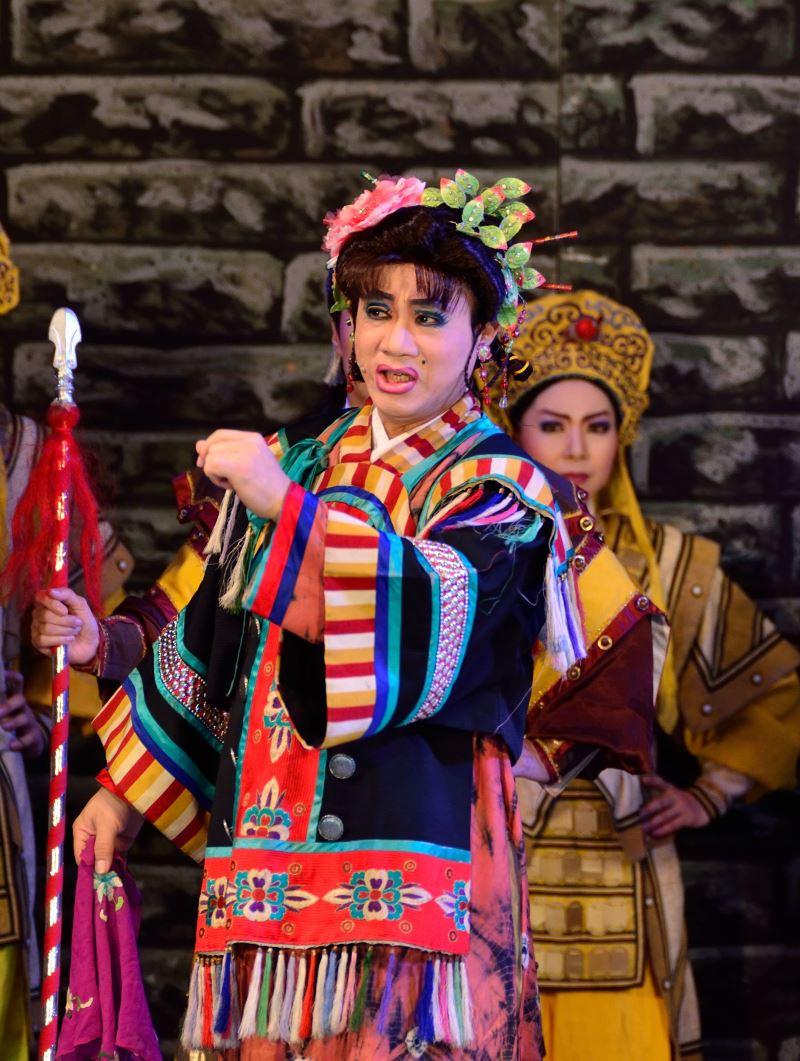 《界牌關傳說》裡陳勝在揣模女性姿態,反串女丑,以彩旦之姿飾演阿桃。