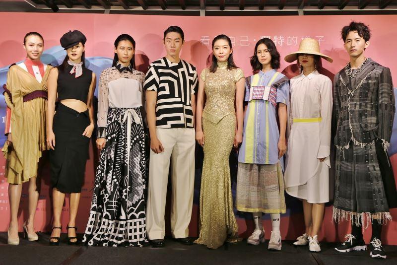 模特兒身穿著臺灣品牌服裝作品走秀