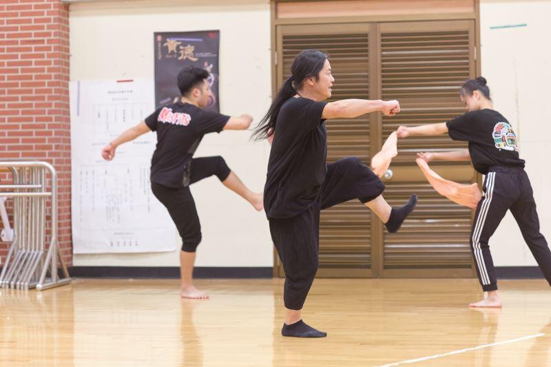 盧怡全正全神貫注幫舞者排練舞作。