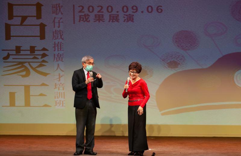 傳藝中心主任陳濟民感謝新科人間國寶王金櫻及小咪老師慷慨授藝,讓歌仔戲藝術得以開枝散葉