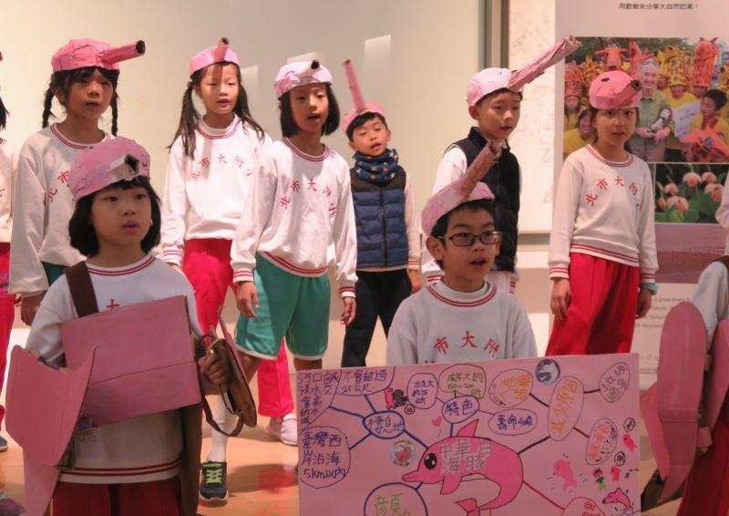 北師大附小學生以DIY道具及中華白海豚之歌為活動暖身