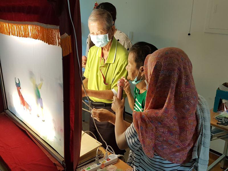 治療師經由皮影戲的製作和演出,為失智長輩進行手指與記憶訓練。