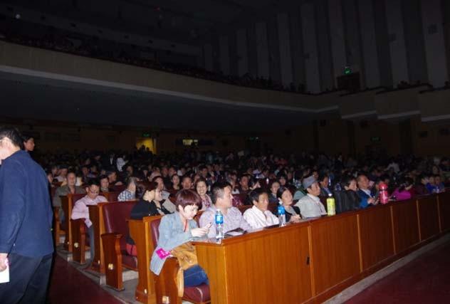 熱情的河南觀眾,坐滿人民大會堂觀眾席,等待好戲上演。