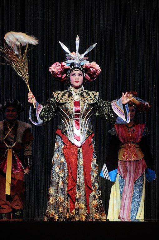 《花嫁巫娘》演出照片。(王海玲飾巫娘媚金)(2010)