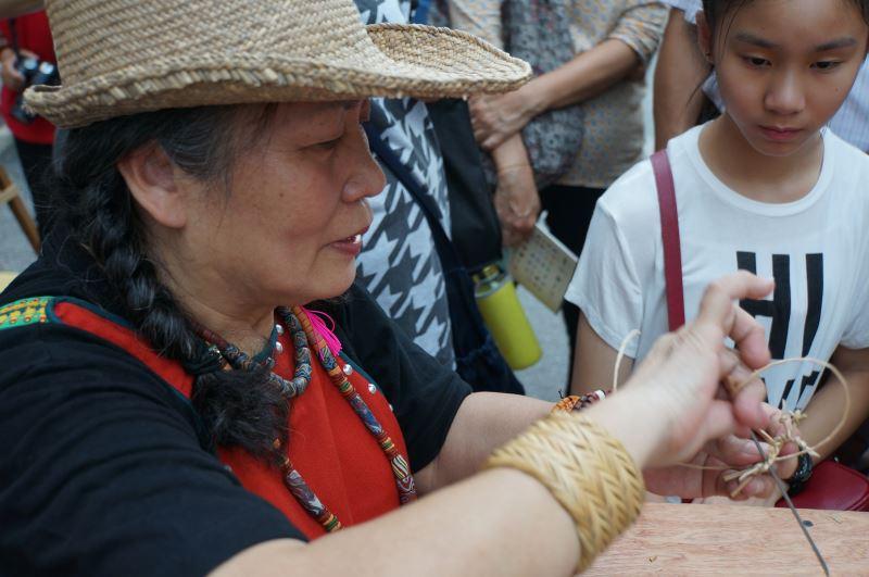 Rush weaver Cheng Mei-yu.
