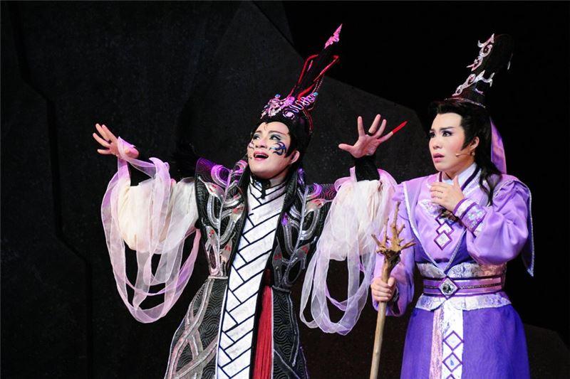 《狂魂》演出照片(2011)。(左/孫詩詠飾荼闇、右/孫詩珮飾慕容塵)