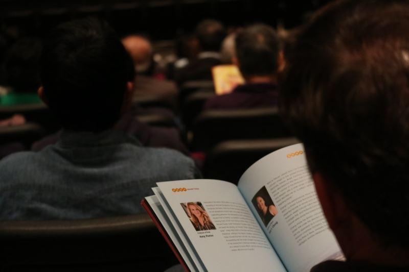 觀眾們仔細閱讀《璀璨臺灣》節目單內容。