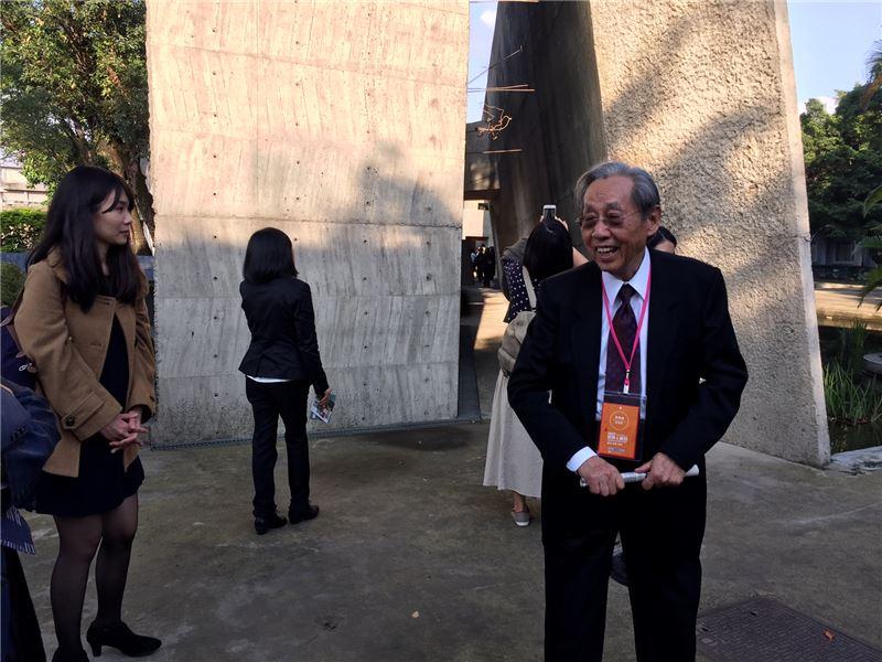 蔡焜霖前輩於景美人權紀念碑前向日籍訪賓介紹臺灣白色恐怖不義遺址歷史現場