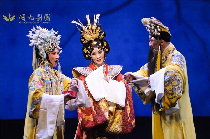 《水袖與胭脂》演出照片。(溫宇航飾唐明皇,魏海敏、陳美蘭飾楊貴妃)(2013)