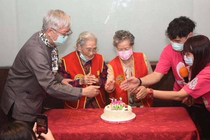 國立國父紀念館梁永斐館長,特別為今日100歲生日的嚴茂如奶奶(右3)舉辦慶生會