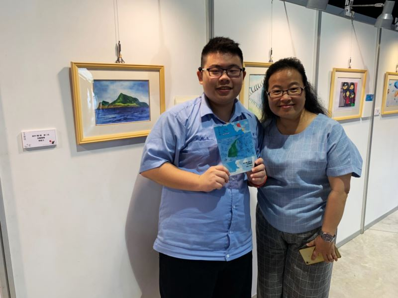 Lin Ting-yu (left) and his winning work,