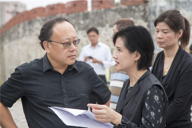 文化部長鄭麗君(右)與高雄市副市長史哲訪視左營舊城見城計畫。