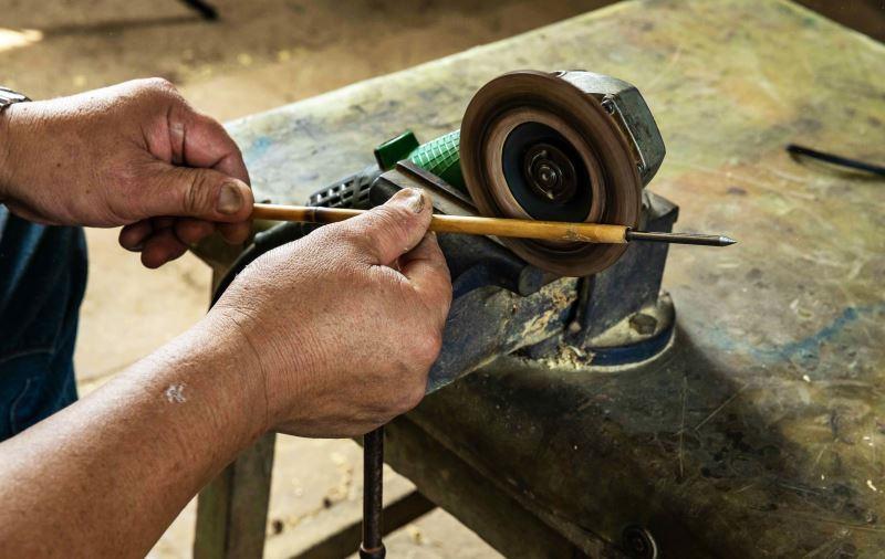 隨著時代進步,砂輪已成為製弓師不可或缺的工具之一。