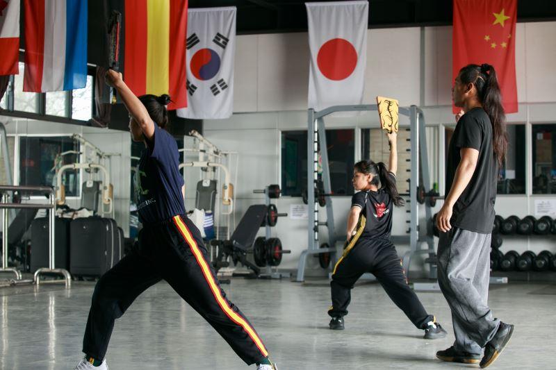 九天民俗技藝團團員在排練場練習。
