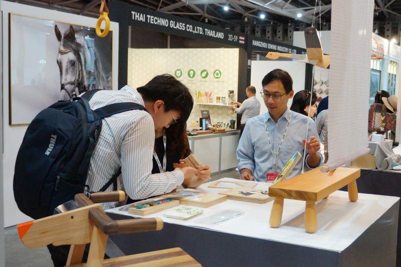 「江口設計」的學齡前啟發式的教材和生活用品木藝品質精良細緻,採購者下訂前也都樂於挑戰教具拼組體驗。