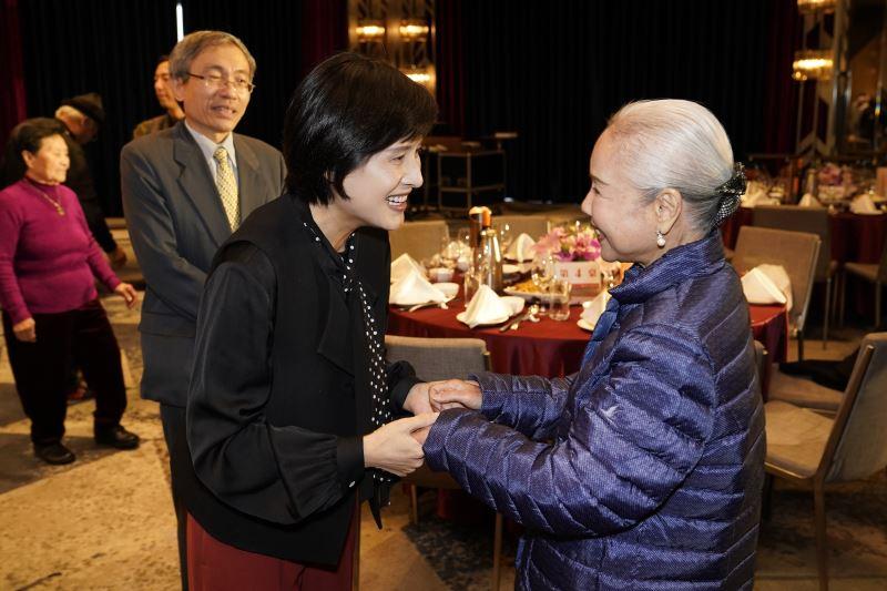 鄭部長與歌仔戲國寶藝師廖瓊枝握手寒暄