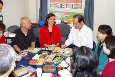 Sonia教授參加臺灣豫劇團早餐的約會。