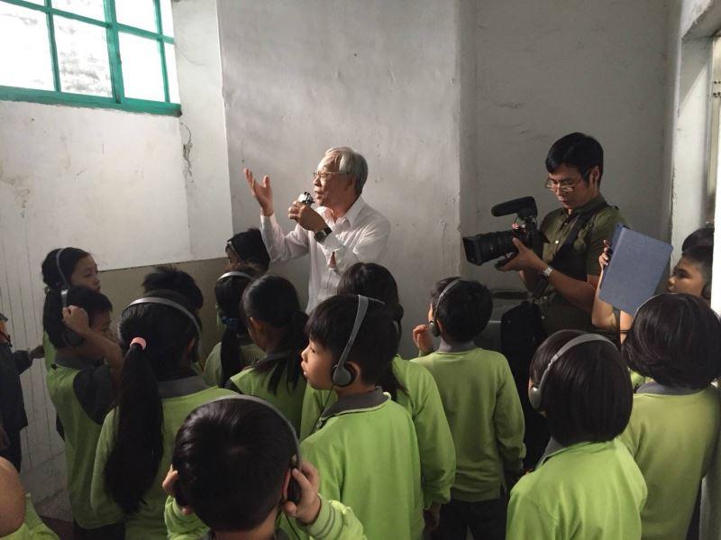 圖片5__政治受難者陳欽生前輩於當年遭拘禁的押房內向小學生講述威權統治的不公不義