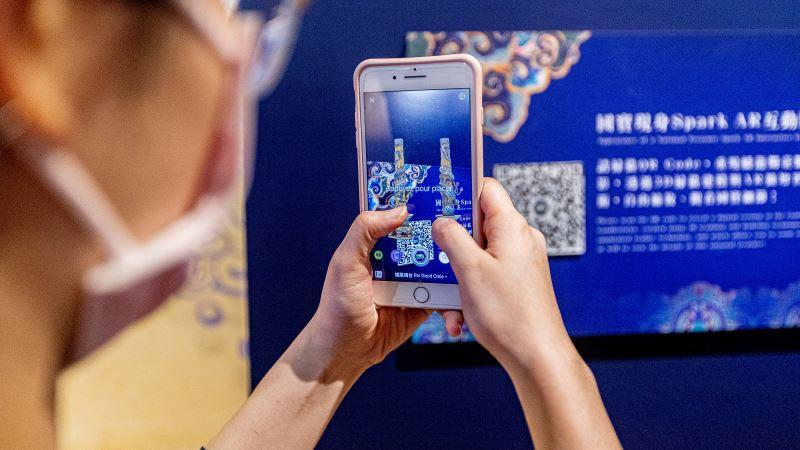 國寶現身AR擴增實境體驗,民眾可透過手機與蟠龍燭臺互動。