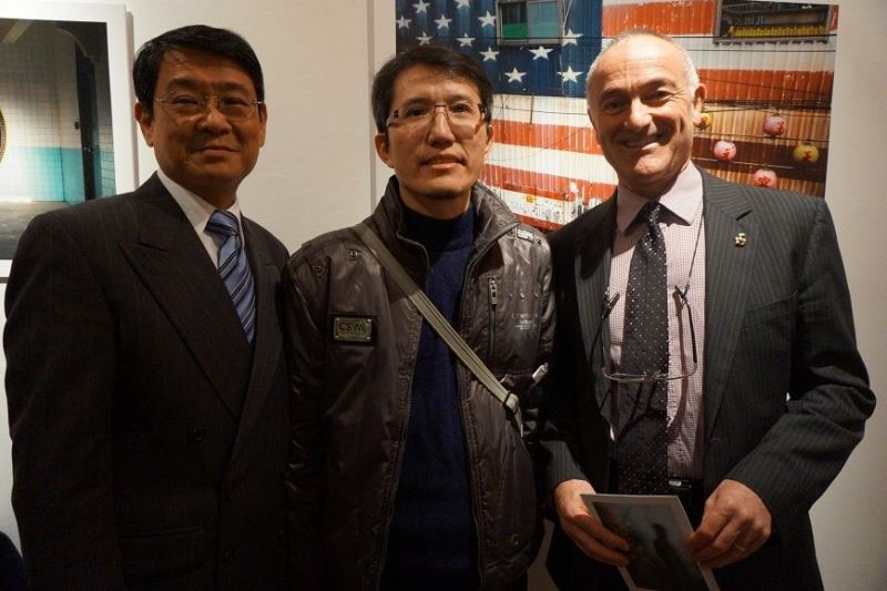Film director Tsai Tsung-lung (center) poses with Wang Keng-ling, the leading cultural official at Taiwan's UK representative office, and Professor Phil Powrie of the University of Surrey.