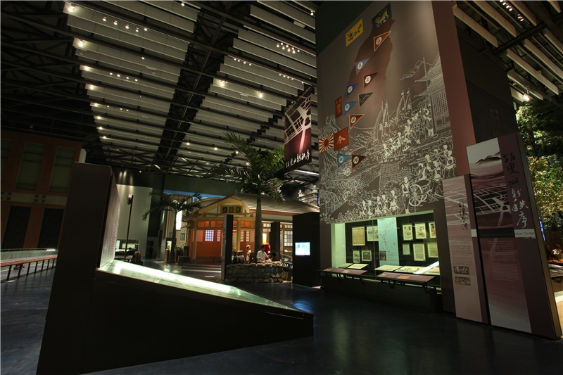 這個單元的開端首先透過壁畫與文物展示,說明1894年,清國在甲午戰爭戰敗後割讓臺灣,臺灣住民在得知割讓臺灣的消息後,籌組「臺灣民主國」與各地的抗爭、反應。