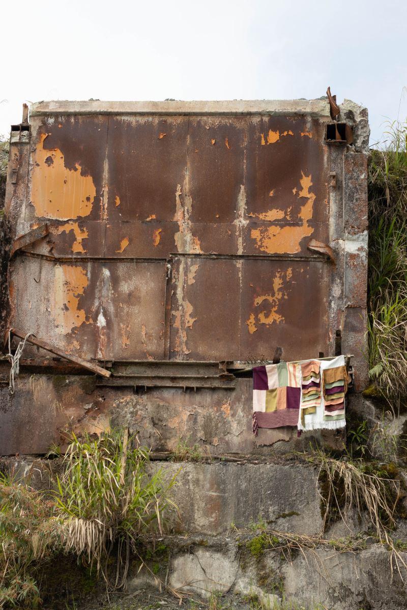 林介文希望透過這個展覽,讓部落的人們看到另一種不同於礦業工作的存在,使年輕人瞭解從事織布、展覽等工作也可以維生。(蕭秩瑄攝)