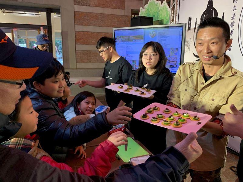 昆蟲料理體驗吸引許多觀眾嘗鮮