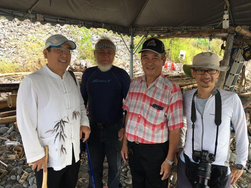 史前館林志興副館長(左1)、阿美族工藝師LAWAI(左2)、海部陽介教授(右1)、都蘭部落頭目姜清武(右2)共同祈祝2018『3萬年前的航海』計畫順利成功
