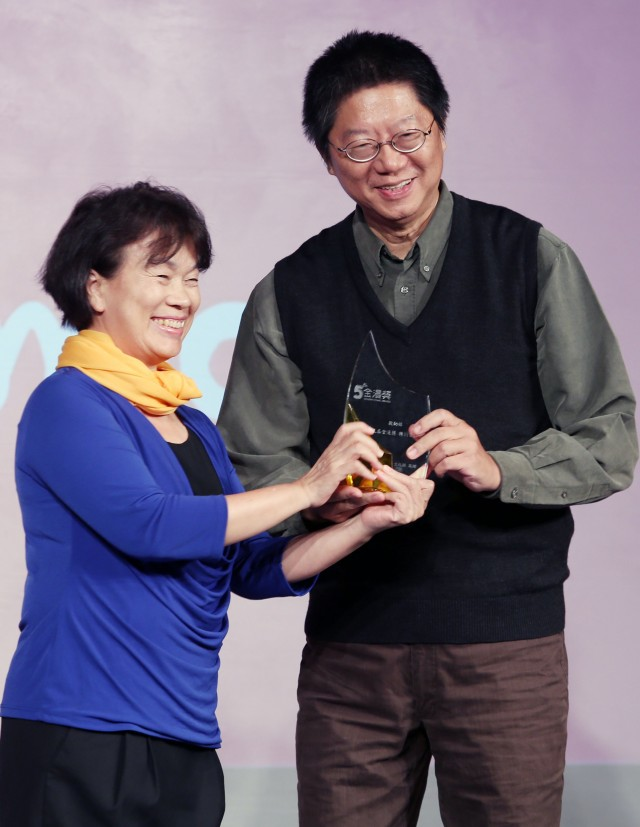 Culture Minister Lung Ying-tai (left) and Ao Yu-hsiang, the creator of