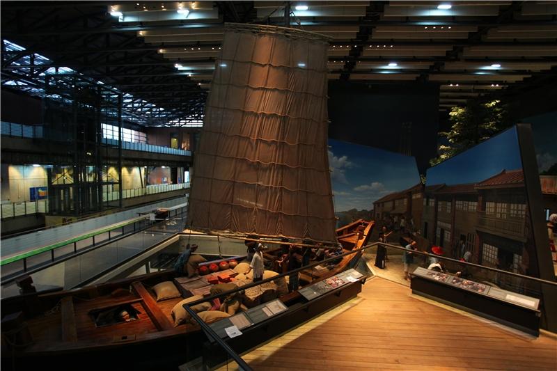 唐山過臺灣單元中,以一艘原比例大小、單桅的中式帆船「紅頭船」為視覺焦點,搭配周邊壁畫呈現清初帆船靠港的景象。
