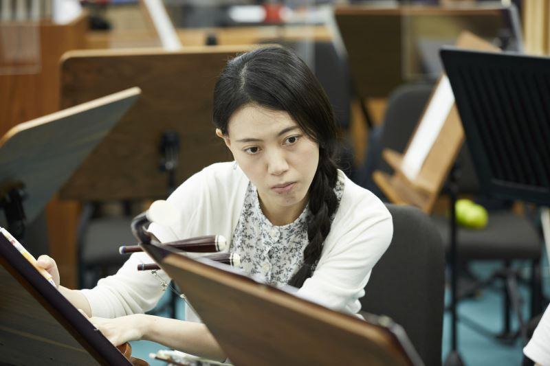 團員在樂譜上加註筆記,每一次的講究都是為了演出完美。