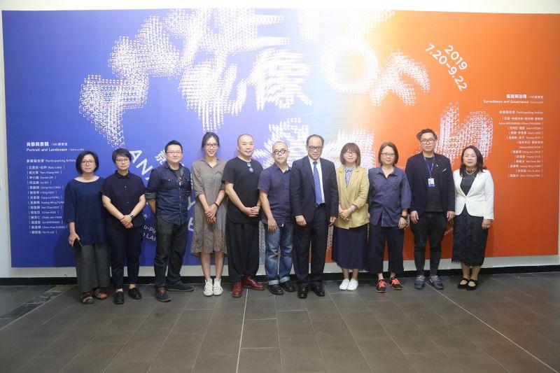國美館林志明館長(右5),策展人黃舒屏(右4),賴駿杰(右2)及參展藝術家合影