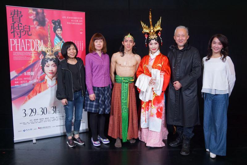 會後大合照 左起導演戴君芳、編劇趙雪君、舞者吳建緯、主演朱勝麗、編舞張曉雄、團長張育華