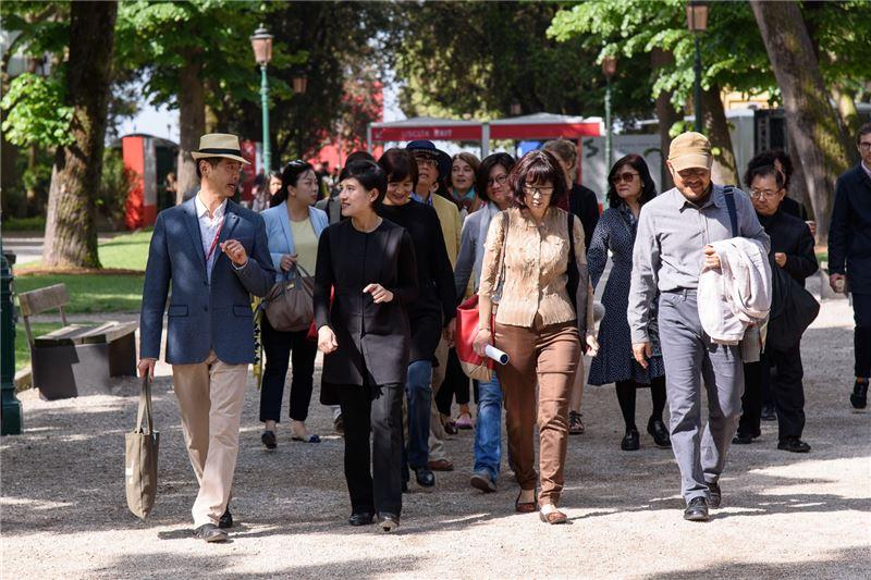 鄭部長與藝術家李明維(左一),北美館林平館長(右二),北市文化局鍾永豐(右一)於5月12日參觀本屆威尼斯雙年展綠園區。