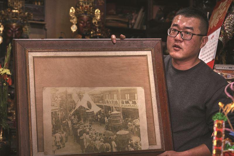 過去大正時代的臺南迎媽祖照片,清晰可見左藤紙藝薪傳當年的店招牌。