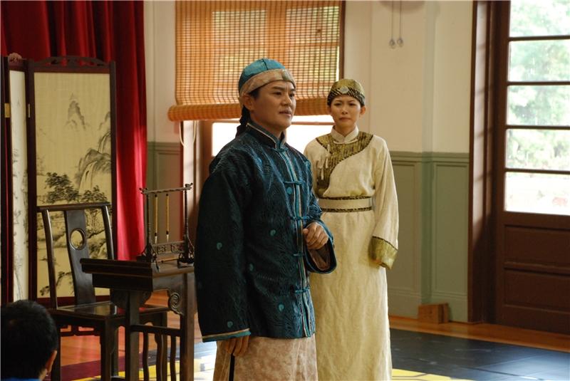 1985開城門:主角林榮春(右)的父親林福生(左)則希望在維持地方安定、不增加死傷的狀況下開城門迎日人進城。