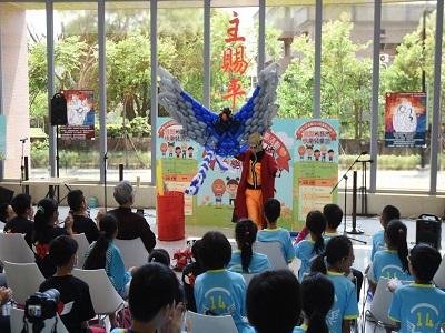 氣球藝術師廖昱閔手摺「台灣藍鵲的誕生」,讓現場小朋友驚叫連連