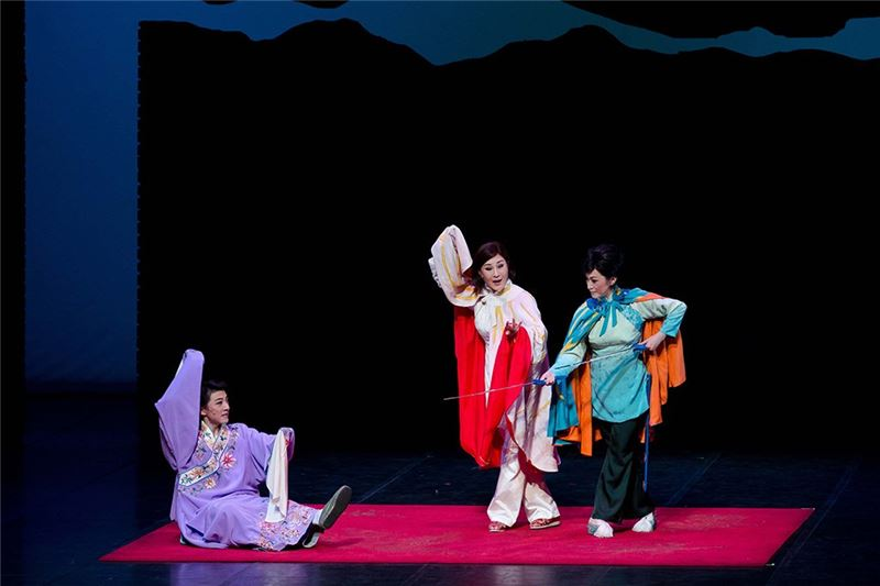 A scene from One Hundred Years on Stage(Wei Hai-min as Ru Yue-han, Ju Sheng-li as Jin Ling, Sheng Jian as Hua Chang-feng)(2011)
