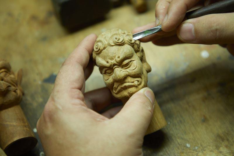 陳文龍堅守創作,在布袋戲的偶雕上戮力創新,並持續不輟地學習鑽研傳統偶的雕刻。