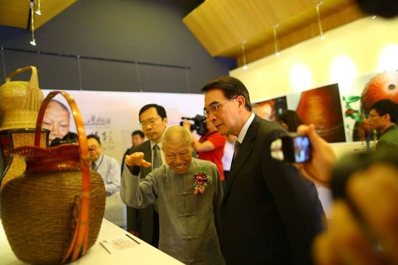 Li introduces his works to Vice Culture Minister George Hsu (right).